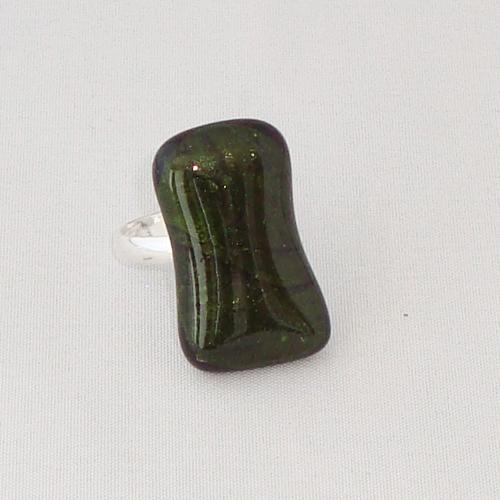 R3278. donkergroen glitter opaal glas. afm. ca. 2.5x1.5 cm.    €6.50.