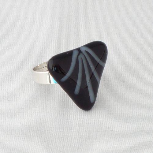 R3202. Zwart opaal glas met witte streepjes. afm. ca. 2.5x2.5 cm.    €6.50.