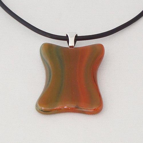 H3291.  Donkerrood met groen en bruin gemarmerd glas. afm. ca. 3.5x2.5 cm.     €9.50.