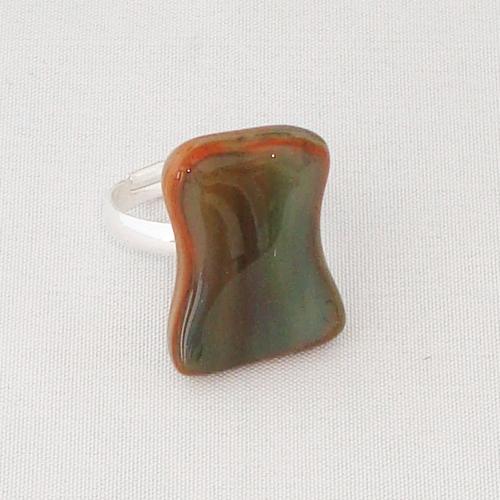 R3291. Donkerrood en groen gemarmerd opaal glas. afm. ca. 2x1.5 cm.    €6.50.