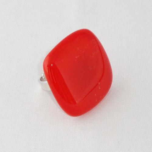 R3245. Rood helder en opaal glas. afm. ca. 3x3 cm.    €6.50.