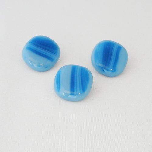 P1144. Easy button stenen van blauw gemarmerd opaal glas.     per stuk €2.00 en 3 voor €5.00.