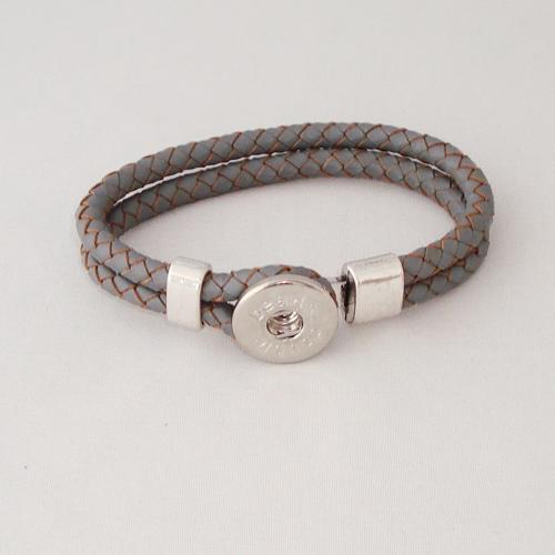 P1172. Easy button armband van leer, grijs. binnenlengte ca. 17.5 cm.     €7.50.