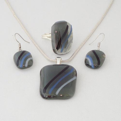 S3265. Grijs opaal glas met wit en zwarte strepen.      €25.00.