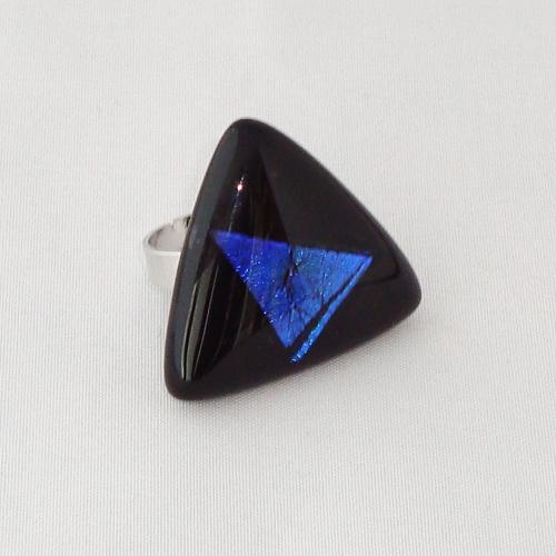 R3252. Zwart opaal met blauw dichroic glas. afm. ca. 3x3 cm.    €6.50.