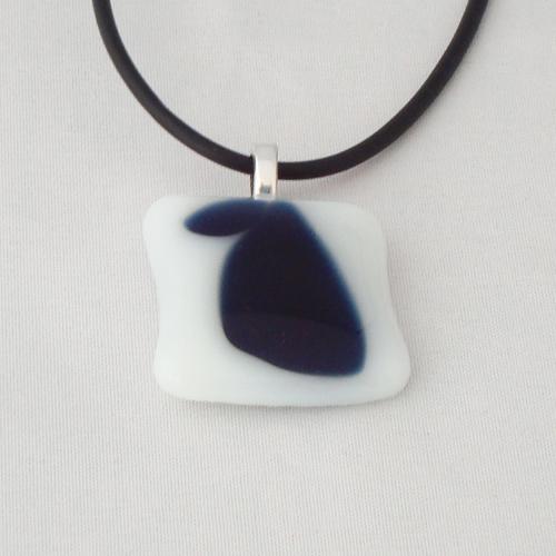 H3208. Wit opaal met helder blauw glas. afm. ca. 2.5x2.5 cm.     €9.50.