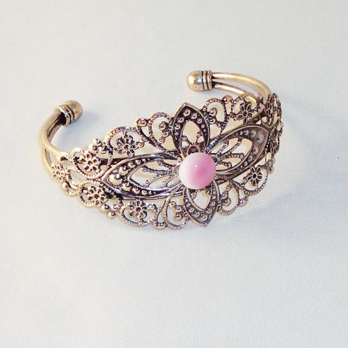 P1189. Filigrain armband met rose/wit gemarmerd steentje.     €9.50.