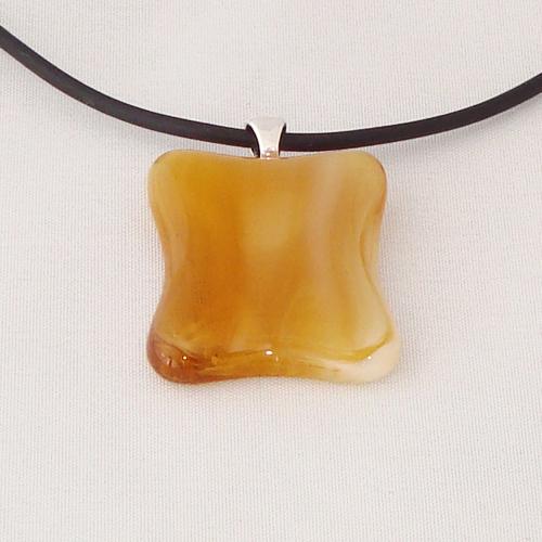 H3299. Amber gemarmerd helder en opaal glas. afm. ca. 3x2.5 cm.     €9.50.