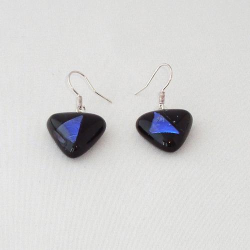 E3252. Zwart opaal glas met blauw dichroic glas. afm. ca. 1.5x1.5 cm.   €6.50.
