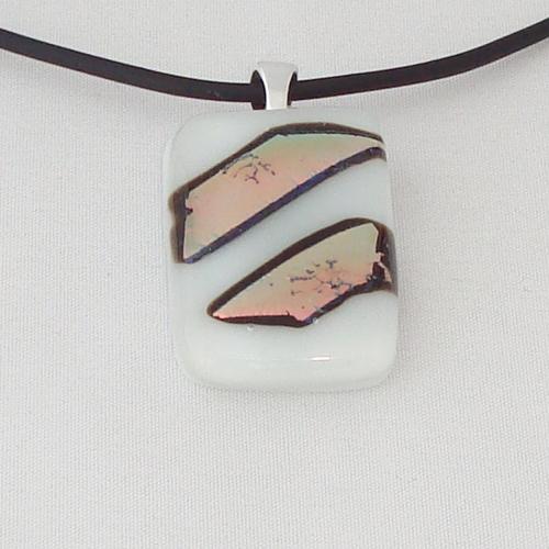 H3273. Wit opaal met regenboog dichroic glas. afm. ca. 3.5x2 cm.     €9.50.