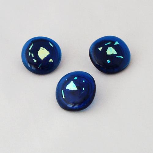 P1209. Easy button stenen van  blauw glas en blauw/groen dichroic glas.     per stuk €2.00 en 3 voor €5.00.