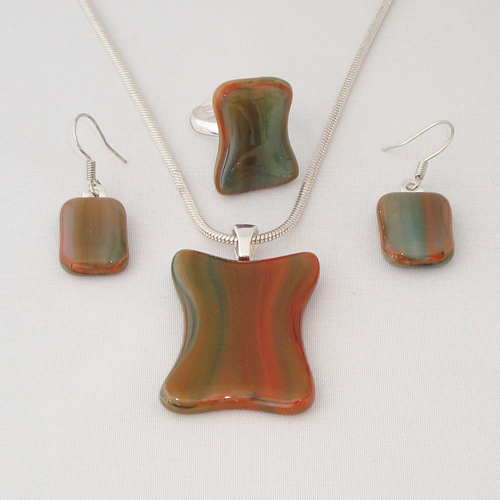 S3291. Donkerrood en groen gemarmerd opaal glas.     €25.00.