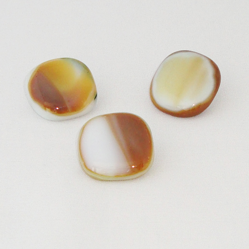 P1132. Easy button stenen van bruin/creme en groen gemarmerd opaal glas.     per stuk €2.00 en 3 voor €5.00.