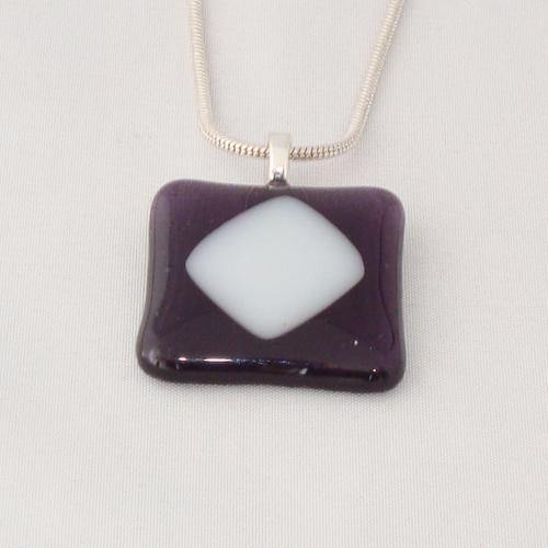 H3240. Helder violet glas met wit opaal glas. afm. ca. 3x3 cm.     €9.50.