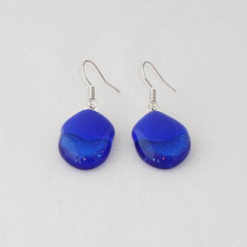 E3236. Kobaltblauw met skyblauw glas. afm. ca. 2x1.5 cm.   €6.50.