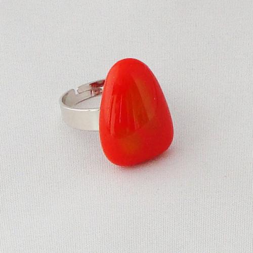 R3333. Oranje met geel opaal glas. afm. ca. 2x1.5 cm.     €6.50.