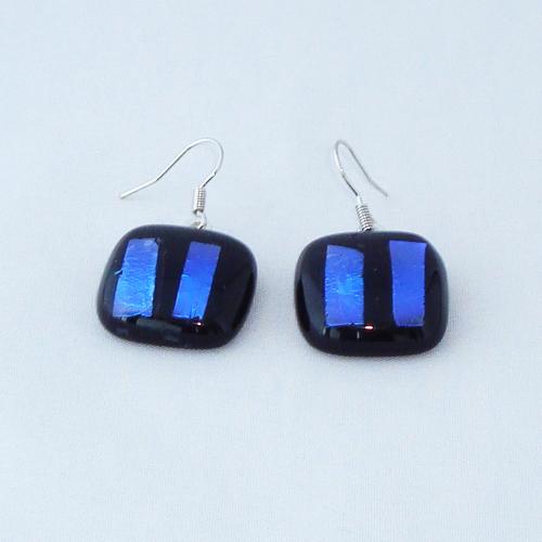 E3254. Zwart opaal met blauw dichroic glas. afm. ca. 2x2 cm.   €6.50.