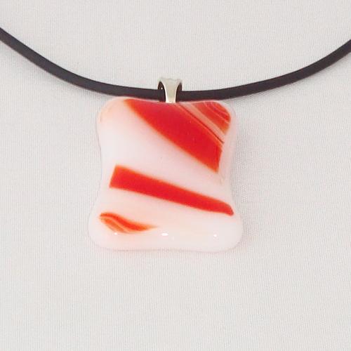H3266. Wit met rood gemarmerd opaal glas. afm. ca. 3.5x2.5 cm.     €9.50.