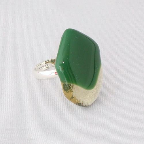 R3215. Groen opaal met helder amber glas. afm. ca. 3x2 cm.    €6.50.