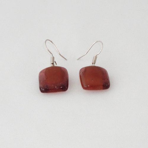 E3258. Helder bruin met amber opaal glas. afm. ca. 1.5x1.5 cm.   €6.50.