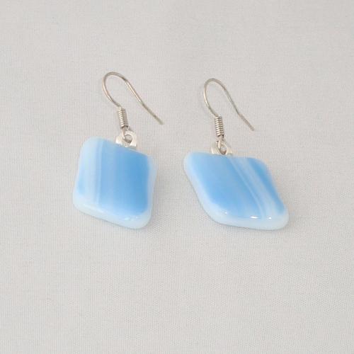 E3229. Wit met lichtblauw gemarmerd glas. afm. ca. 2x1.5 cm.   €6.50.