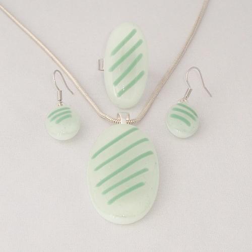 S3282. Wit opaal glas met groene strepen.       €25.00.