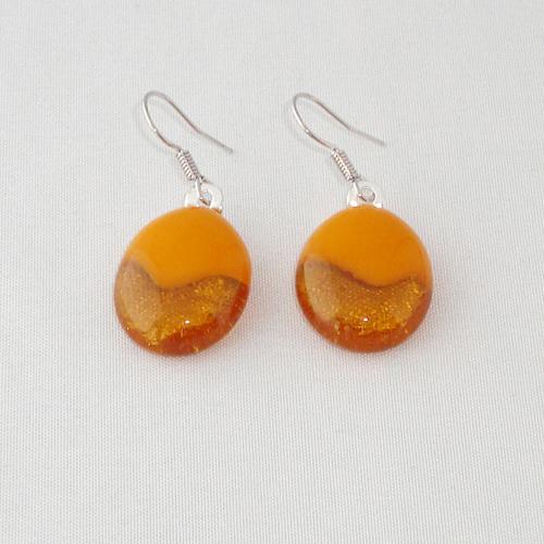 E1178. Helder amber met okergeel opaal glas. afm.ca. 2x1.5 cm.   €6.50.