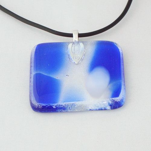 H3244.  Helder blauw en wit gemarmerd glas. afm. ca. 4x4 cm.     €9.50.