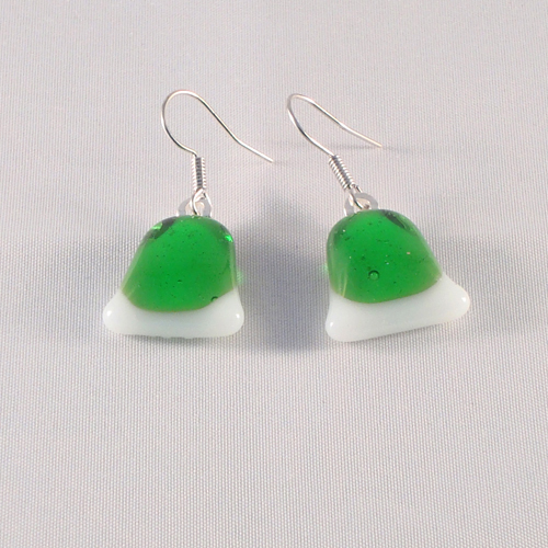 E3174. Wit opaal glas met helder groen glas. afm. ca. 2x1.5 cm.   €6.50.
