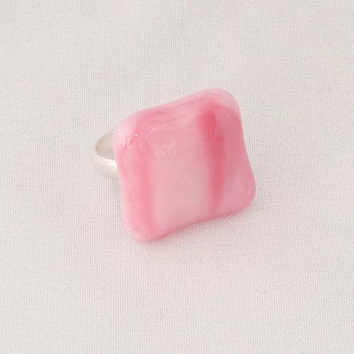 R3300. Rose gemarmerd opaal glas. afm. ca. 2x2 cm.    €6.50.