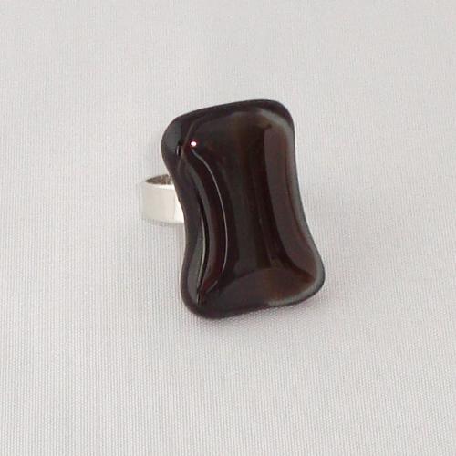 R3304. Bruin/zwart en grijs gemarmerd opaal glas. afm. ca. 2.5x1.5 cm.    €6.50.