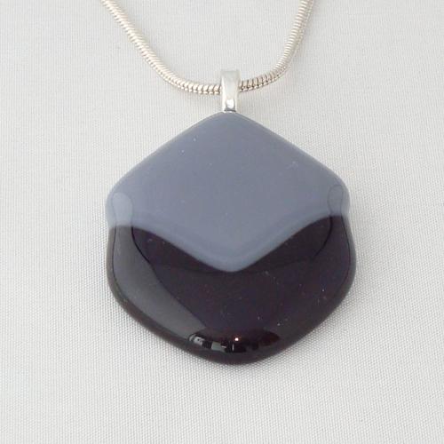 H3250. Grijs opaal en helder paars glas. afm. ca. 4.5x3 cm.     €9.50.
