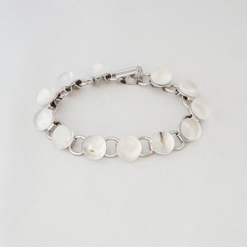 P1142. Schakelarmband met wit en helder gemarmerde steentjes.     €19.50.