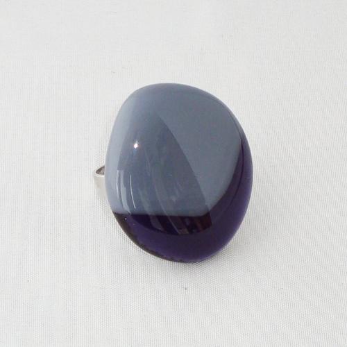 R3250. Grijs opaal glas met paars glas. afm. ca. 3.5x2.5 cm.    €6.50.