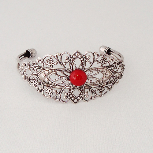 P1184. Filigrain armband met donkerrood steentje.     €9.50.