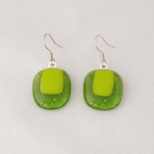 E3285. Helder groen met geel/groen opaal glas. afm. ca. 2x1.5 cm.   €6.50.