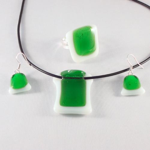 S3174. Wit opaal glas met helder groen glas.       €22.50.