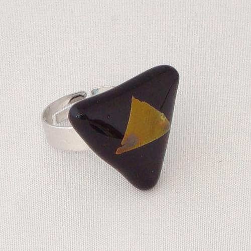 R3292. Zwart opaal met koperkleurig dichroic glas. afm. ca. 2x2.5 cm.    €6.50.