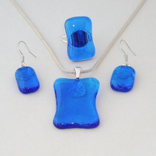 S3303. Helder blauw glas.     €25.00.
