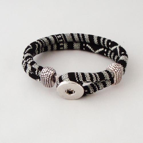 P1205. Easy button armband van leer, zwart grijs gestreept. binnenlengte ca. 17.5 cm.     €7.50.