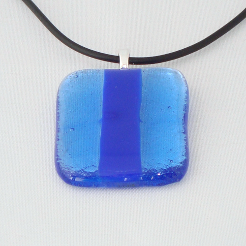 H3222. Helder en opaal blauw glas. afm. ca. 4x3.5 cm.     €9.50.