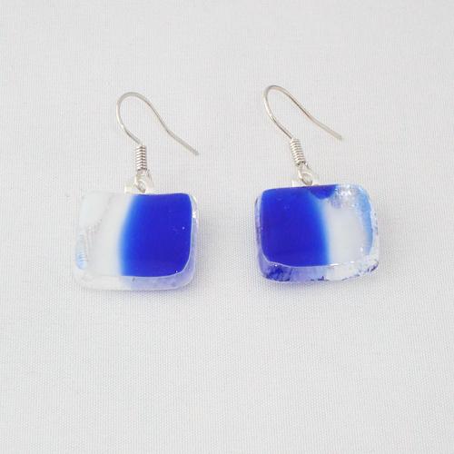 E3244. Helder blauw met wit gemarmerd glas. afm. ca. 1.5x1.5 cm.   €6.50.