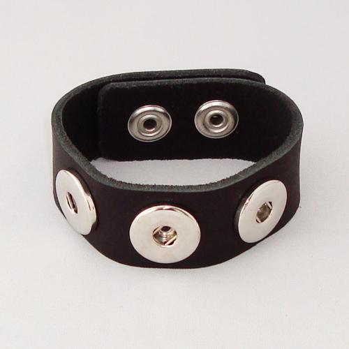 P1119. Easy button armband van leer, zwart. binnenlengte 18-20 cm, of 20-22-cm.     €7.50.