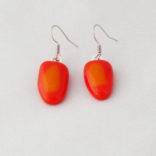 E3333.     Oranje met geel opaal glas.     afm. ca. 2x1 cm.     €6.50.