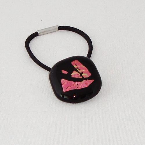 A1480. Haarelastiek. zwart opaal glas met roze dichroic. maat steentje ca 2x2 cm.      €2.25.