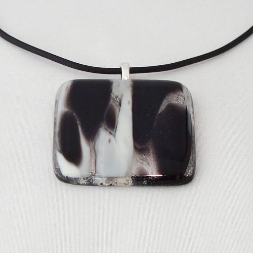 H3251. Zwart/wit gemarmerd glas. afm. ca. 4x4 cm.     €9.50.
