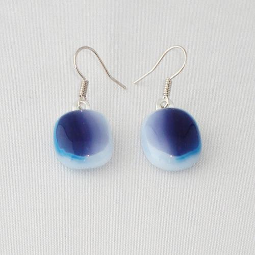 E3234. Wit met blauw gemarmerd opaal glas. afm. ca. 1.5x1 cm.   €6.50.