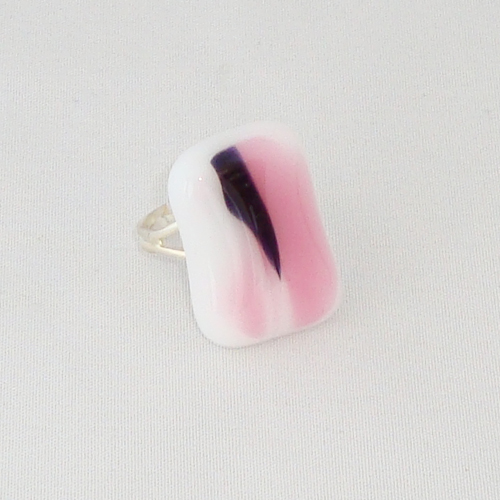 R3272. Wit met rose en zwart gemarmerd opaal glas. afm. ca. 2.5x1.5 cm.    €6.50.