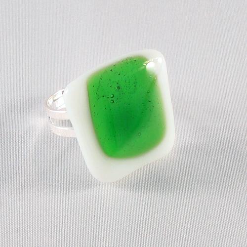 R3174. Wit opaal met helder groen glas. afm. ca. 2.5x2.5 cm.    €6.50.