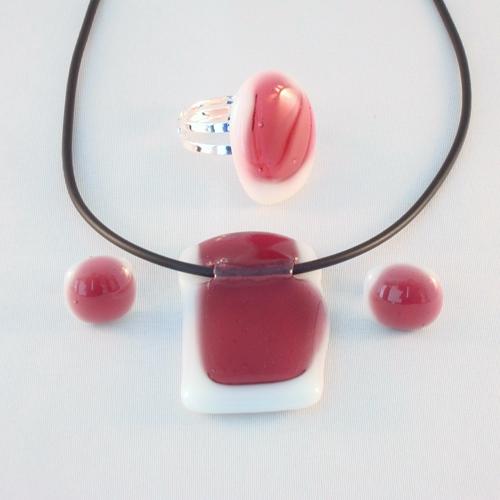 S3177. Wit met roze opaal glas.        €22.50.